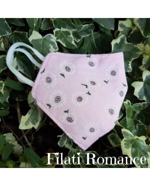 Mascherina in cotone delicato con fiori bianchi su sfondo rosa